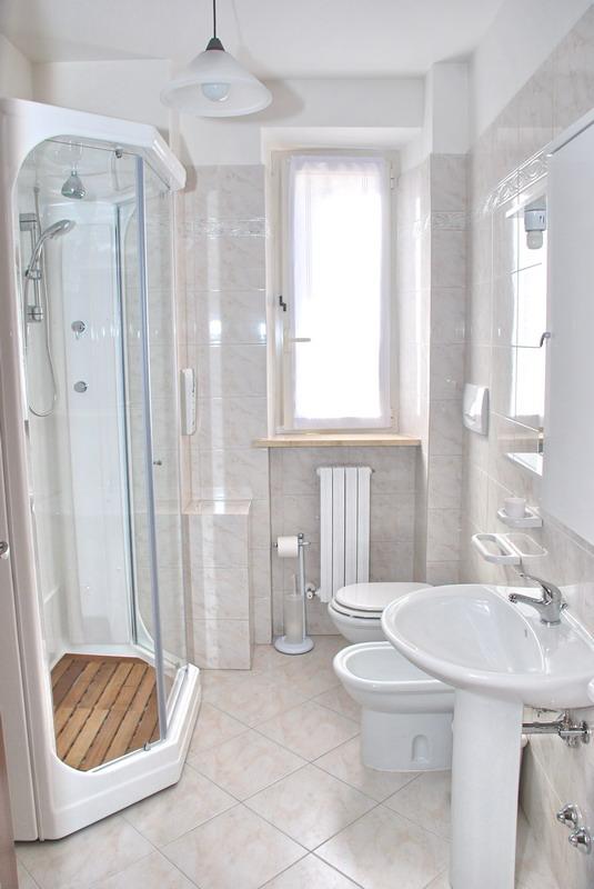 Tende per finestra bagno design casa creativa e mobili - Finestra interna per bagno cieco ...